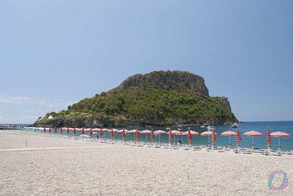 Località Fiuzzi di Praia a Mare. Lo specchio d'acqua di fronte l'isola di Dino, area Sic.