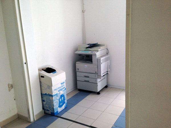 La fotocopiatrice si trova in un corridoio dopo la sala vaccini