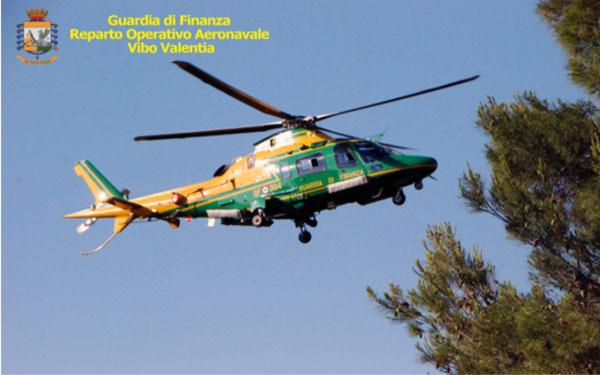 L'elicottero del Reparto Operativo Aeronavale della Guardia di Finanza di Vibo Valentia in azione.