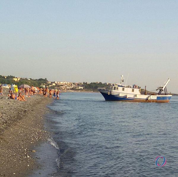 Il peschereccio che punta verso la spiaggia di Grisolia