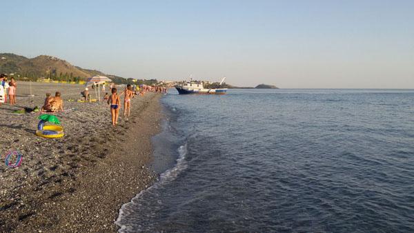 I bagnanti lanciano pietre verso il peschereccio per svegliare il capitano