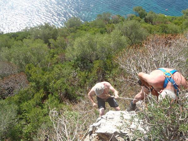Naufraghi all'opera sull'isola di Cirella