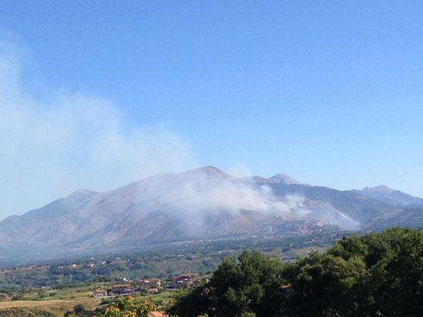 Anche stamattina il fumo circondava il centro abitato di Santa Domenica Talao