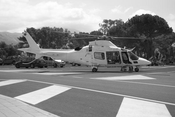 L'elicottero del 118 atterrato sul lungomare di Santa Maria del Cedro