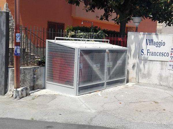 """Una delle """"gabbie"""". Una soluzione non gradita all'amministrazione comunale"""