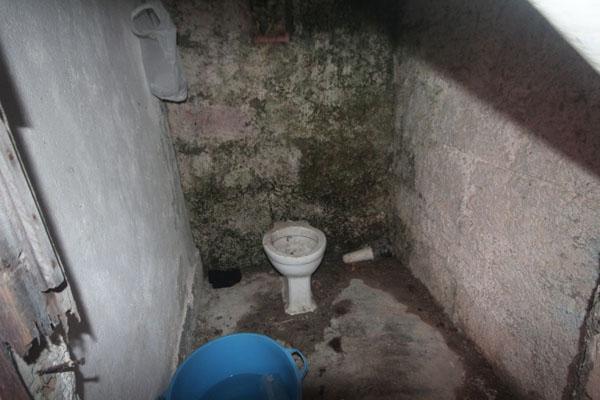 """I servizi """"igienici"""" nei dormitori dei braccianti (foto: Guardia di finanza Cosenza)"""