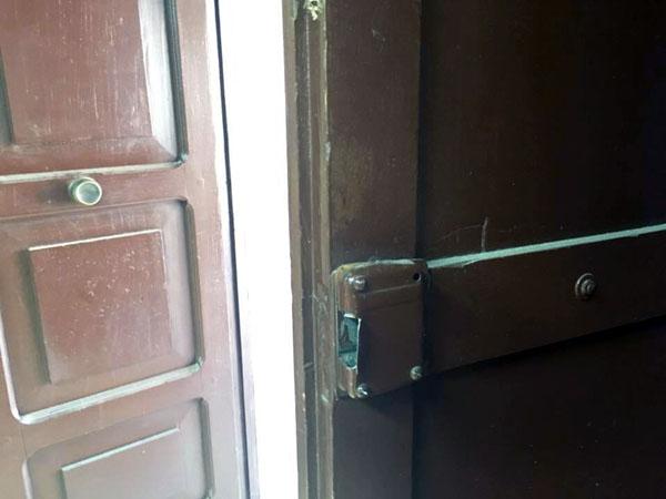 I ladri hanno forzato la porta in legno dell'accesso secondario al bar