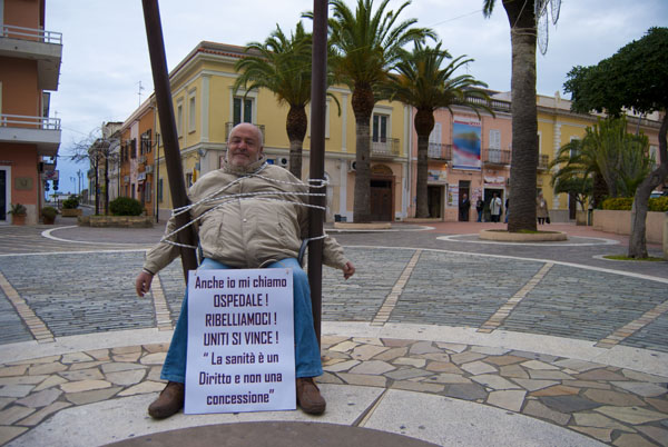 Gino Domenicu Spolitu in una sua protesta a Praia a Mare