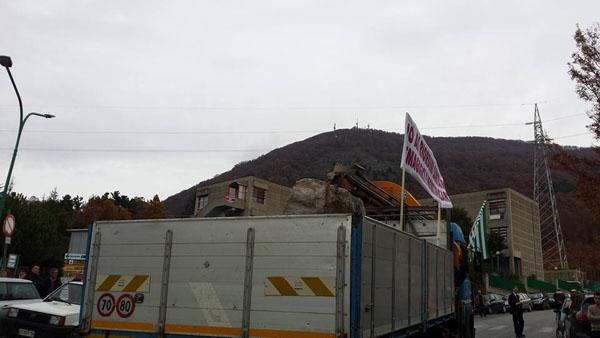 La simbolica prima pietra trasportata con un camion (foto: Vincenzo Di Bella)