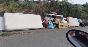 scalea rifiuti abbandonati strada